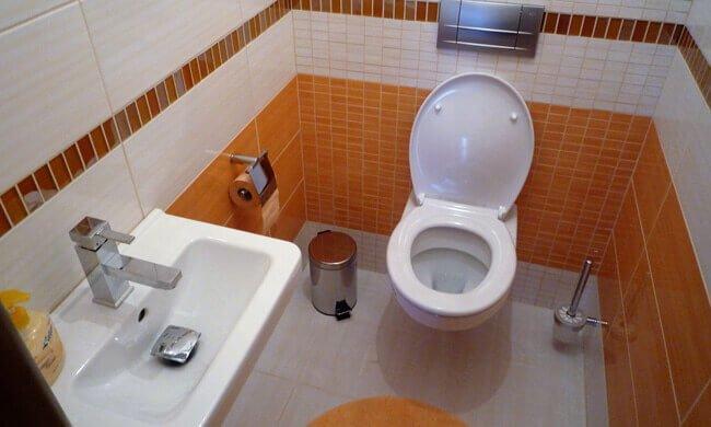 Kupatilo sa pločicama i sanitarijama